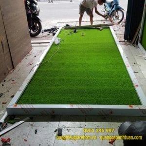 Nền biển quảng cáo bằng cỏ nhựa